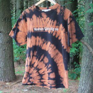 Hooters Bleach Dye Graphic Tee Size Large